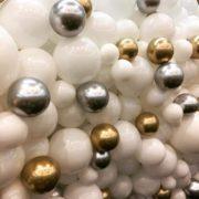 Perete baloane albe aurii si argintii 2