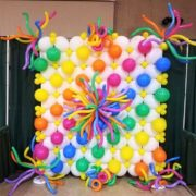 Perete baloane albe si multicolore