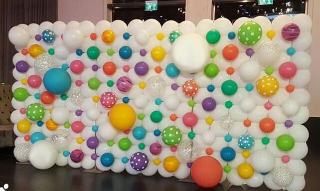 Perete baloane albe si multicolore cu buline