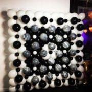 Perete baloane albe si negre