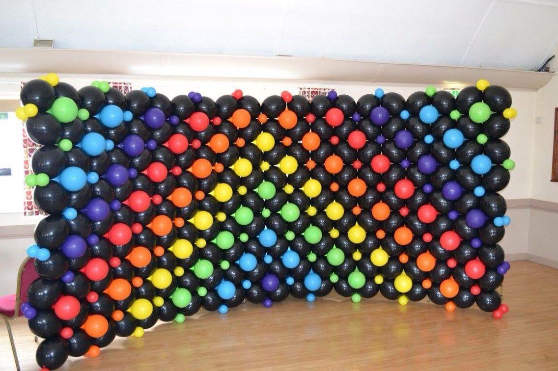 Perete baloane negre si multicolore