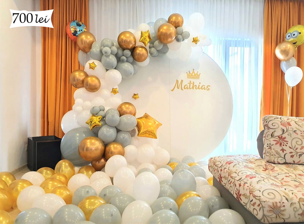 Panou alb cu baloane aurii